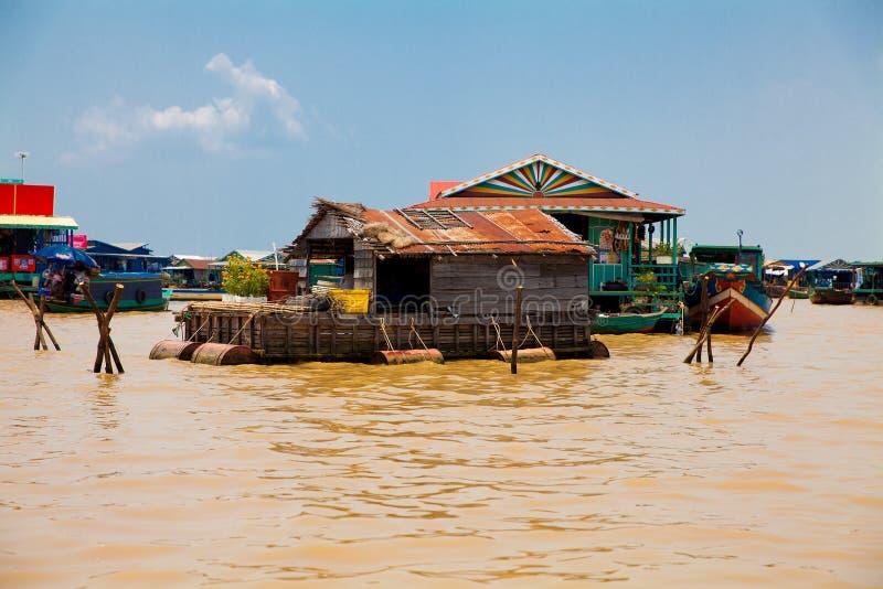 Den sväva byn på vattnet (komprongpok) av Tonle underminerar lak arkivbilder