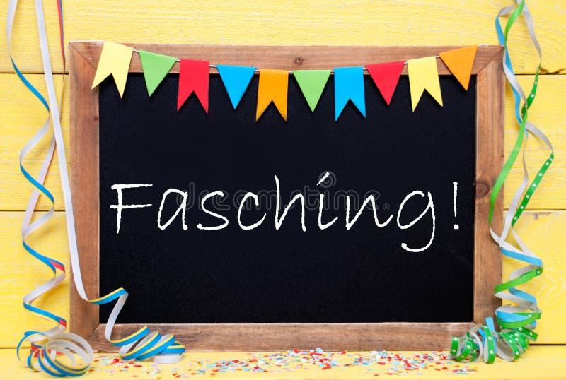 Den svart tavlan med partigarnering, text Fasching betyder karneval royaltyfri bild