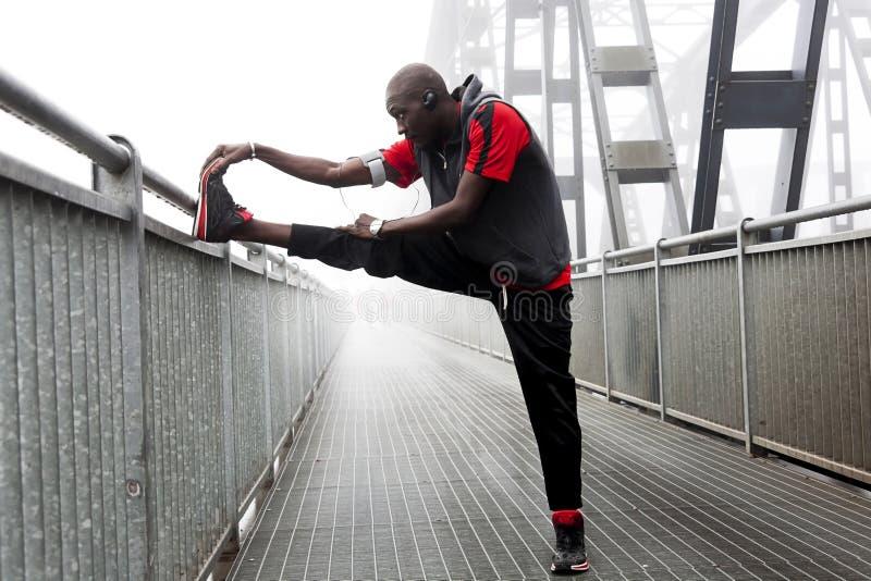 Den svarta amerikanska löpareelasticiteten tränga sig in för loppet royaltyfri bild