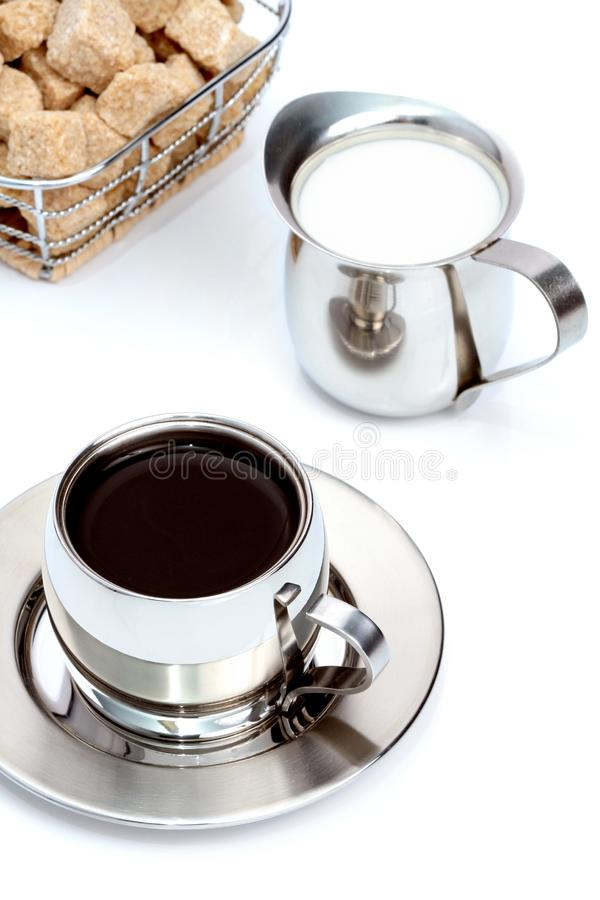 den svarta bruna kaffekoppen mjölkar socker royaltyfri foto