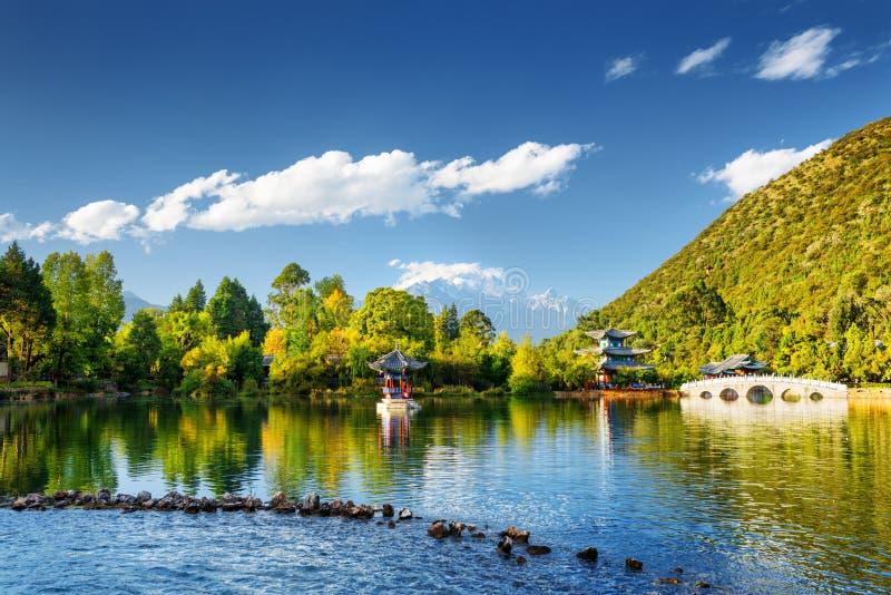 Den svarta Dragon Pool, Lijiang, Yunnan landskap, Kina royaltyfria bilder