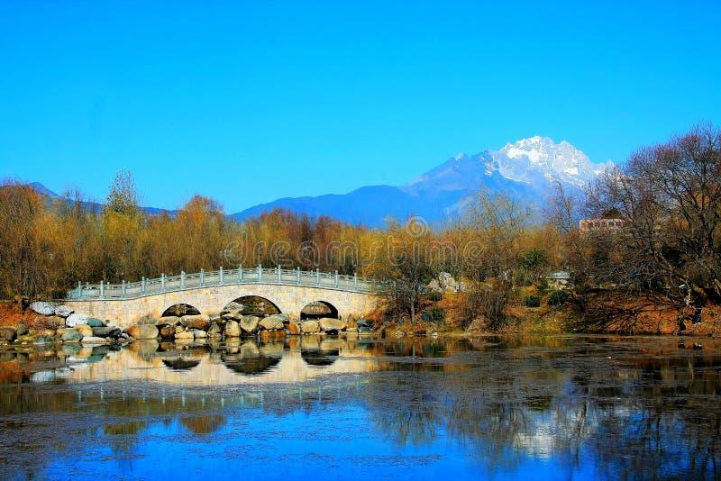 Den svarta drakepölen parkerar under Jade Dragon Snow Mountain royaltyfria bilder