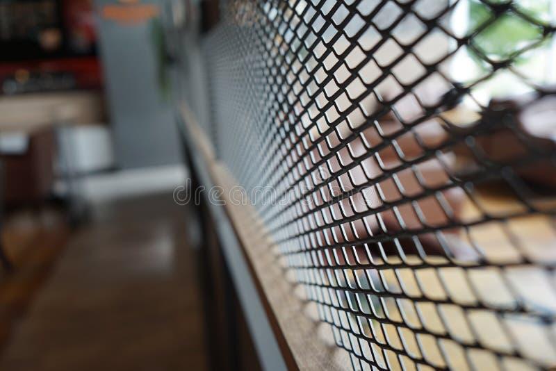 Den svarta gallerdelningen i restaurang med suddighetsbakgrund i Thailand arkivfoton