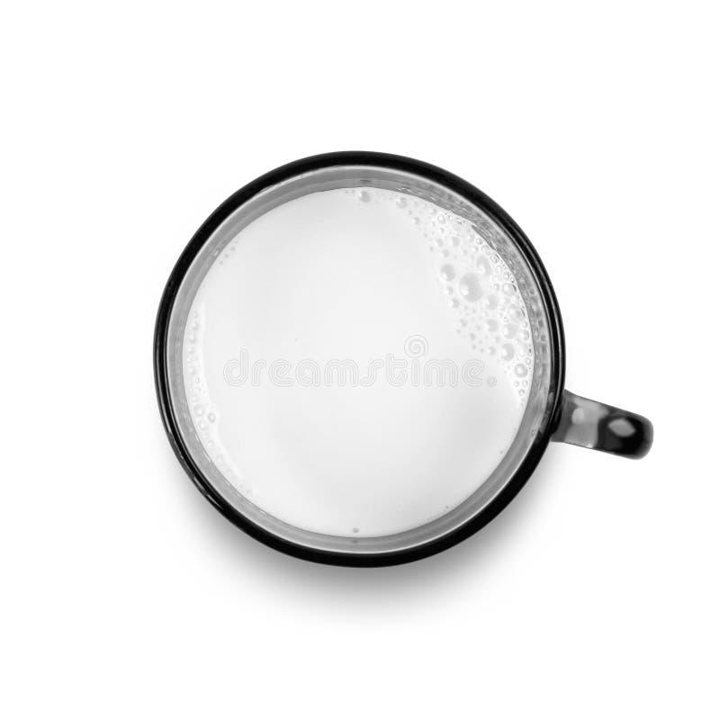Den svarta koppen av nytt mjölkar close upp Top beskådar bakgrund isolerad white royaltyfria foton