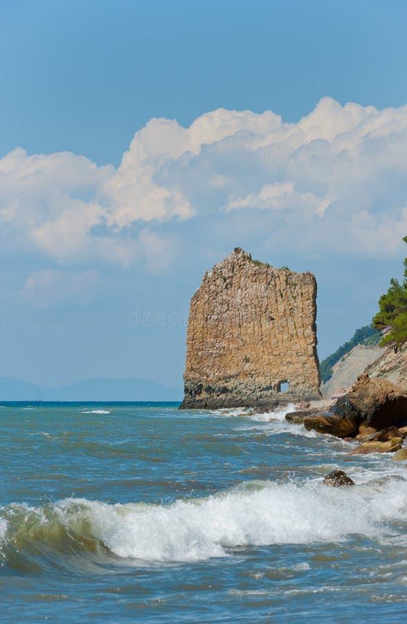 den svarta kustrocken seglar havet royaltyfria bilder