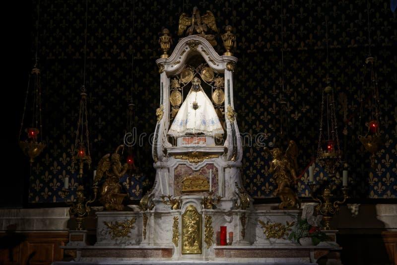Den svarta oskulden i Le Puy Cathedral royaltyfri foto