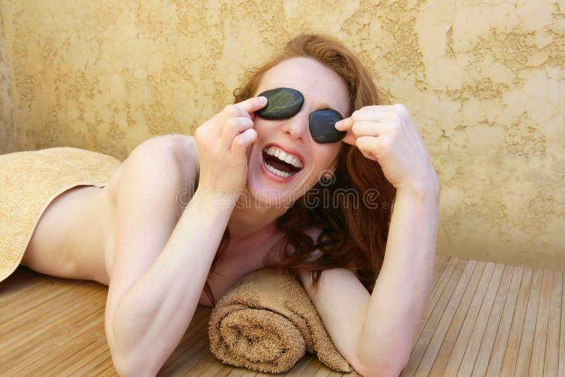den svarta redheaden stenar behandlingkvinnan fotografering för bildbyråer