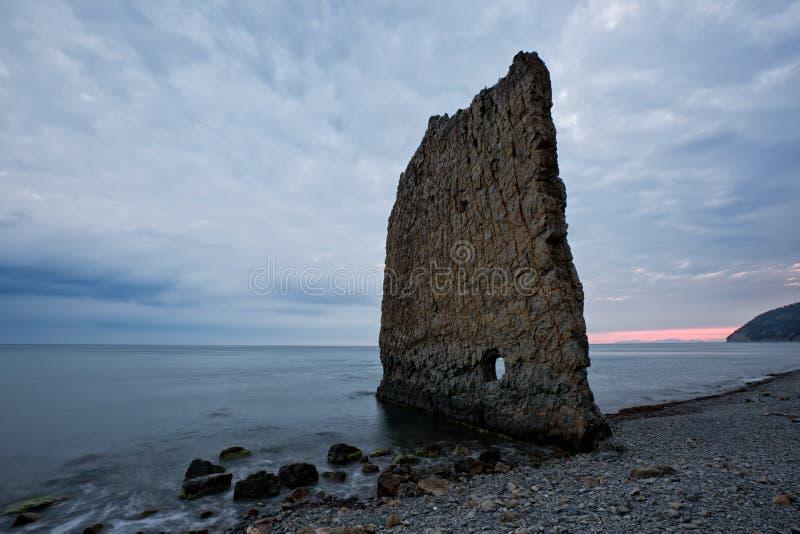 den svarta rocken seglar havet arkivfoton