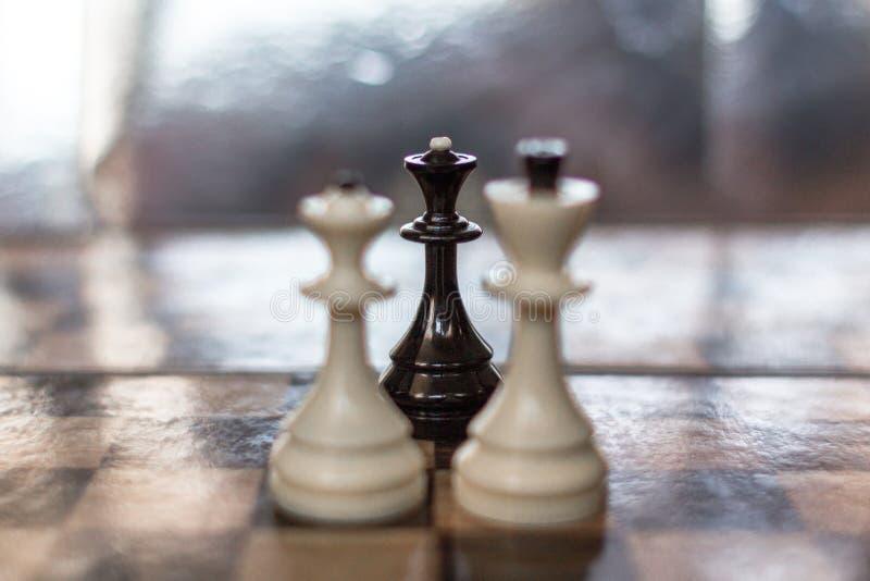 Den svarta schackdrottningen som en väns metafor arkivfoto