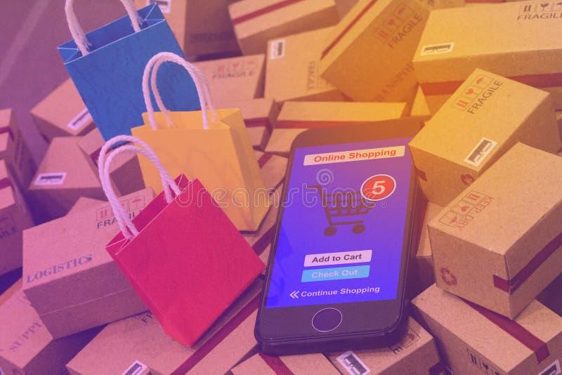 Den svarta smartphonen kör en online-shoppa app som sätts nära färgrikt p royaltyfri bild