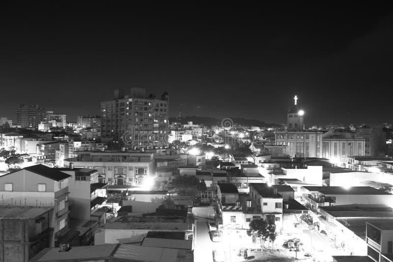 Den svartvita bilden av staden på en ledsen natt royaltyfri foto