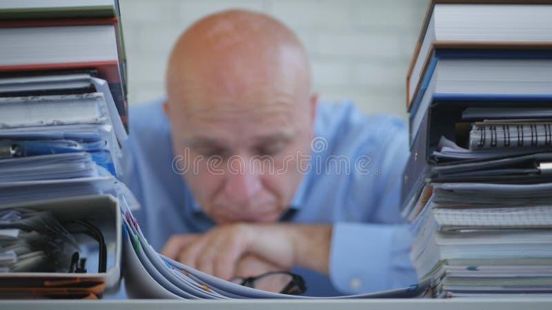 Den svek och uttråkade affärsmannen Sitting Pensive hyr rum i regeringsställning med huvudet på H royaltyfri foto