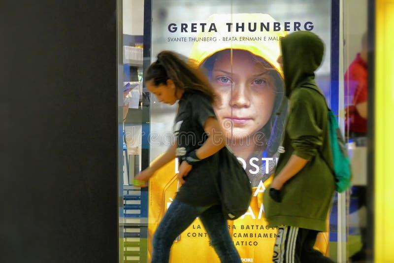 Den svenska klimataktivisten Greta Thunberg att publicera i Italien boken som ?vers?tts som ?v?rt hem, ?r p? flamman ?, royaltyfria foton