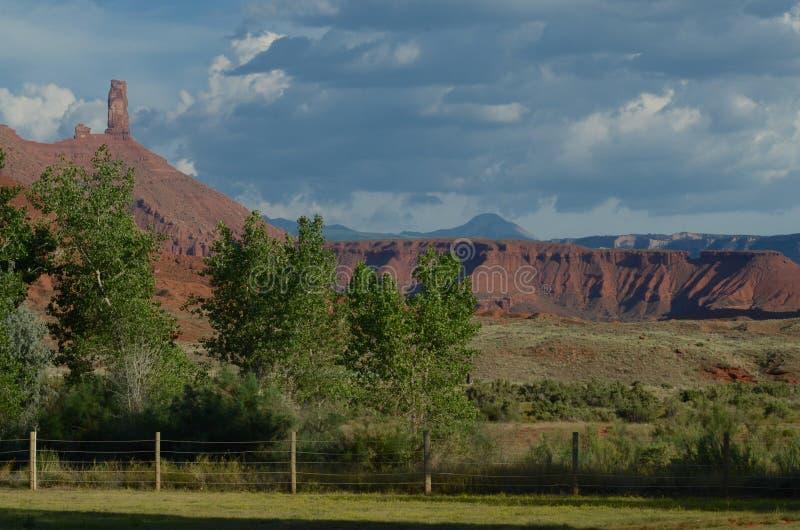 Den sydliga Utah utsikten av rött vaggar buttes på sommardag arkivbilder