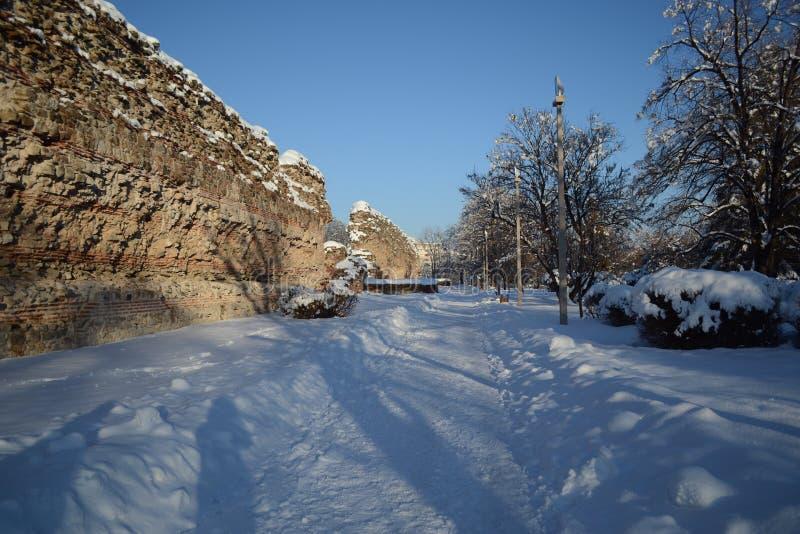 Den sydliga väggen i staden av Hissarya Ruins återstod romersk tid Den romerska staden av Diocletianopole royaltyfri fotografi