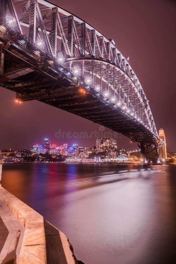 Den Sydney hamnen överbryggar på natten royaltyfri fotografi