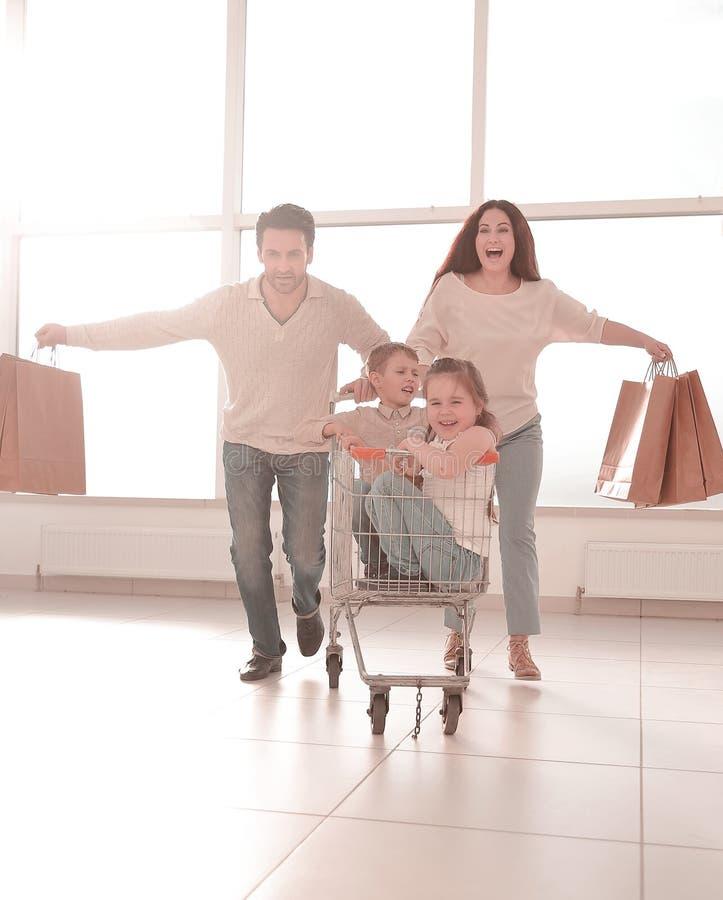 Den tätt sammanhållna familjen går att shoppa arkivbild