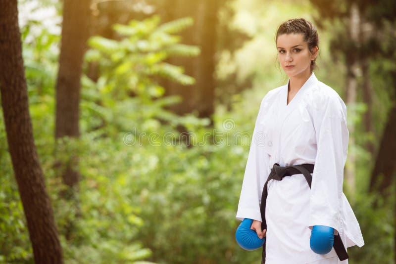 Den Taekwondo kämpen poserar på parkerar fotografering för bildbyråer