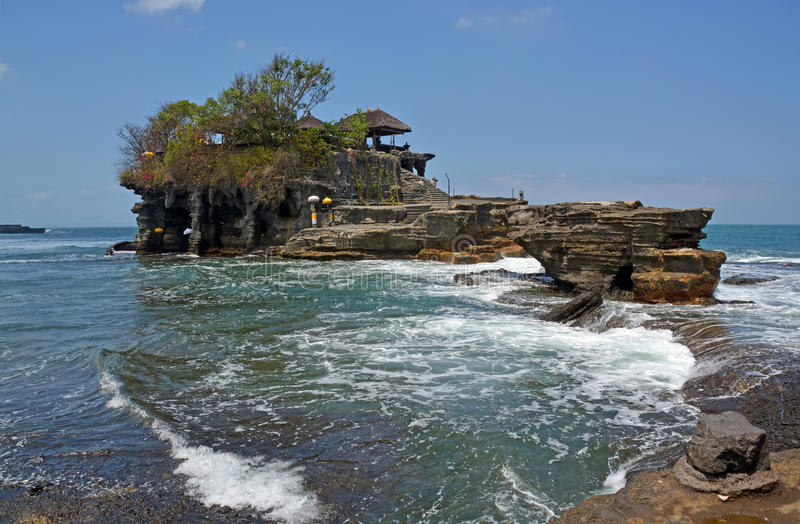 Den Tanah lotttemplet vaggar på vid högvatten arkivbild