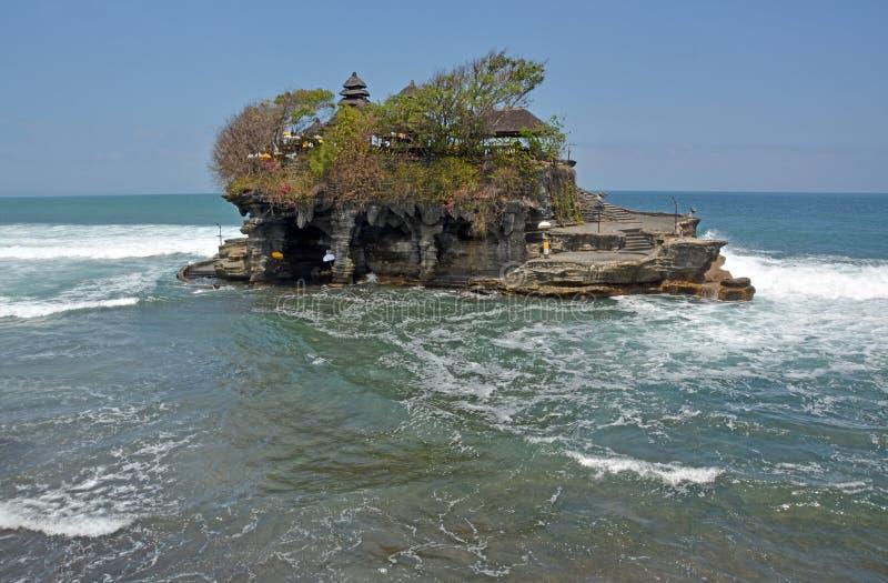Den Tanah lotttemplet verkar att segla bort, Bali Indonesien arkivfoto