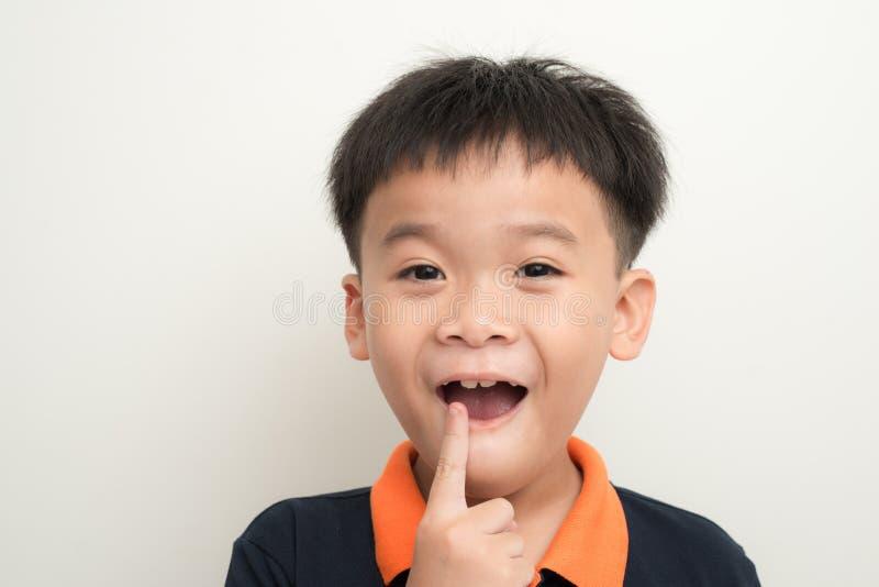 Den tandlösa le pojken som visar hans borttappade tand, mjölkar royaltyfria foton