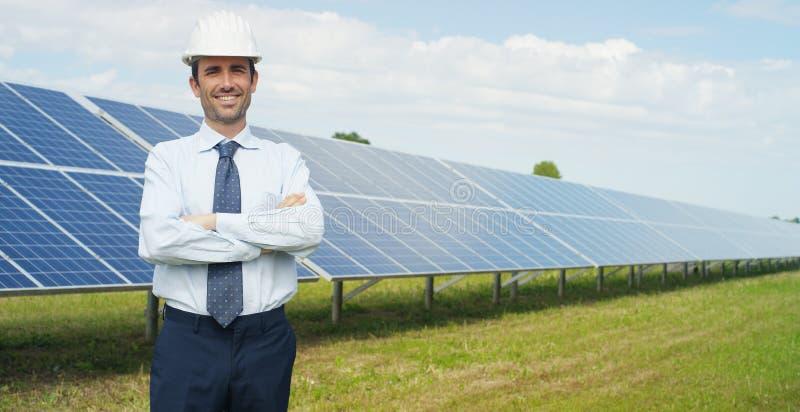 Den tekniska experten i photovoltaic paneler för sol- energi, fjärrkontroll utför rutinmässiga handlingar för systemövervakning s royaltyfri fotografi