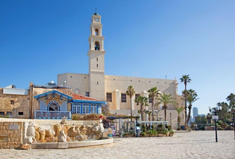 Den Tel Aviv - St Peters kyrkan i gamla Jaffa och den moderna zodiakspringbrunnen på den Kedumim fyrkanten royaltyfri fotografi
