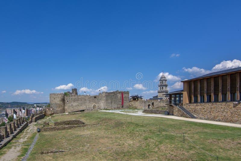 Den Templar slotten av Ponferrada smyckade för berömmen av royaltyfria bilder