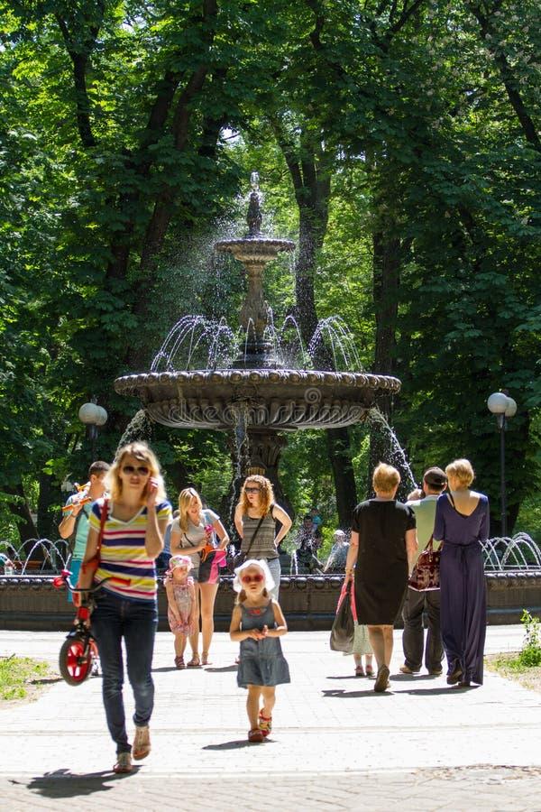 Den Termen springbrunnen på Mariinskyen parkerar kiev fotografering för bildbyråer