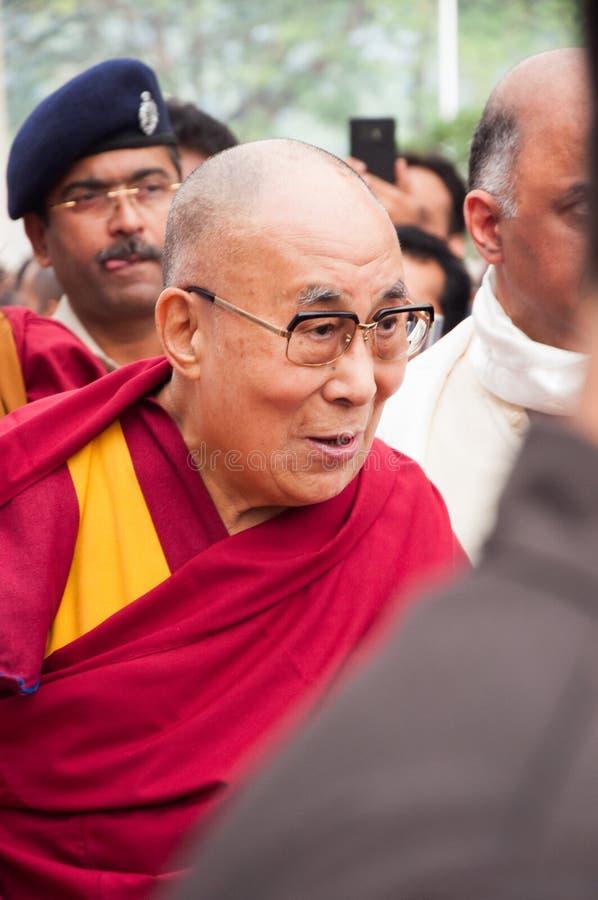 Den 14th Dalai Lama i mitt av en folkmassa royaltyfri fotografi