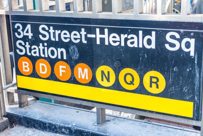 den 34th gataHerald Square gångtunnelen undertecknar in New York City royaltyfri fotografi