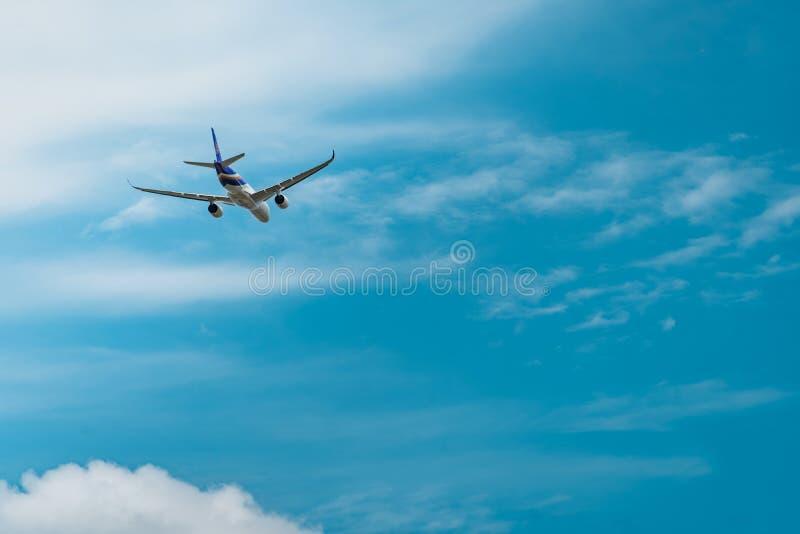 Den Thai Airways passagerarenivån tar av på på den Suvarnabhumi flygplatsen i Thailand med härlig blå himmel, och vit fördunklar arkivfoton