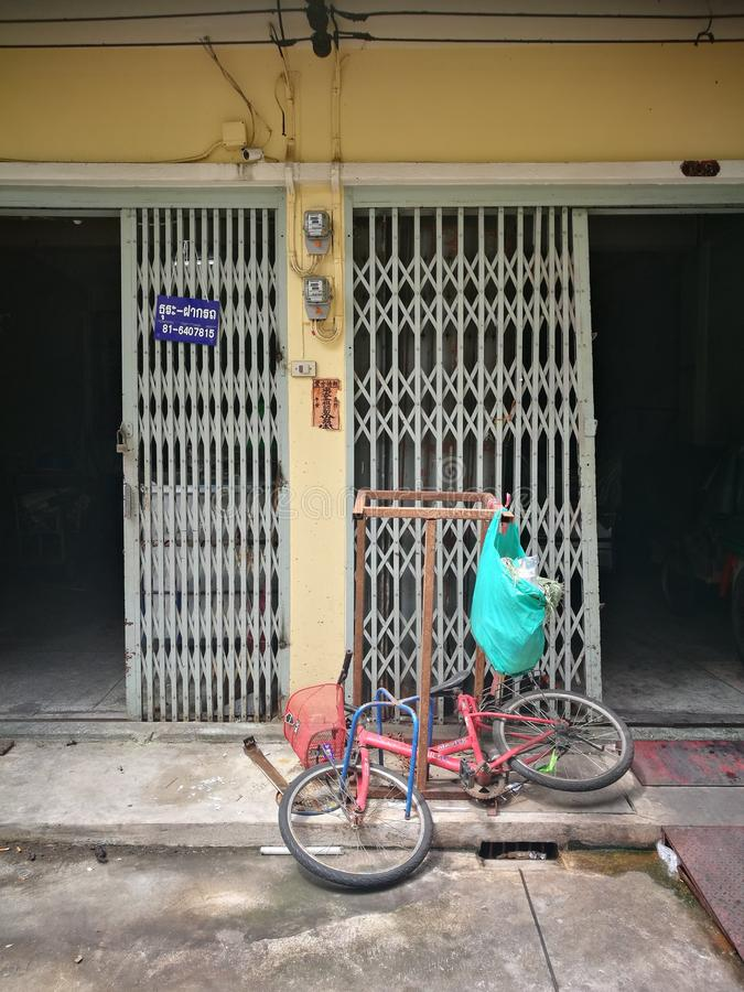 Den thailändska byn shoppar royaltyfri bild