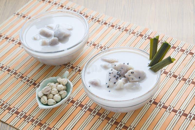 Den thailändska efterrätten, Taro i söt kokosnöt mjölkar arkivfoton