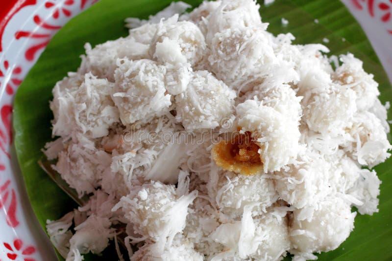 Den thailändska efterrättsötsaken kokade bollen som täcktes med den grated kokosnöten royaltyfria bilder