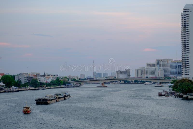 Den thailändska fartygbogserbåten släpar på Chao Phraya River fotografering för bildbyråer