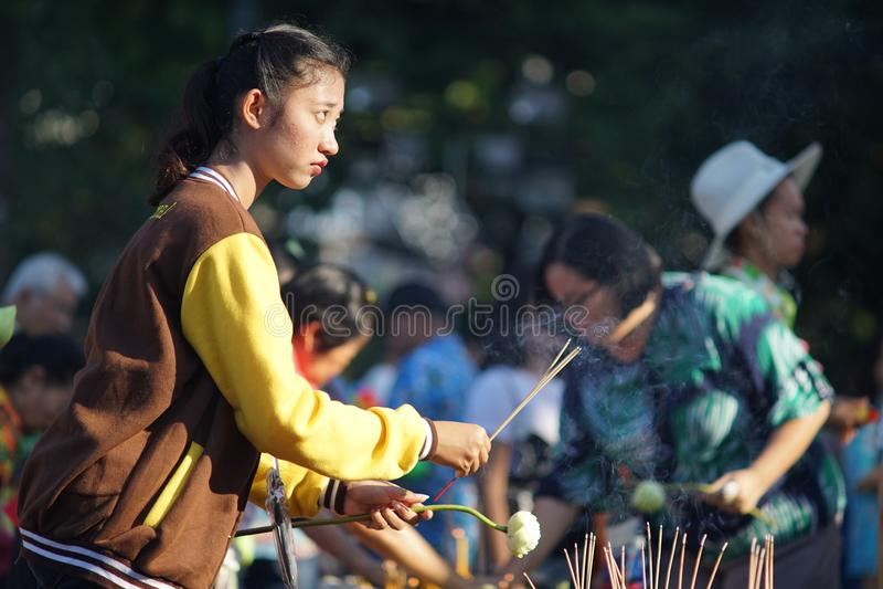 Den thailändska flickan förbereder bränningrökelse för att be under Songkhran fotografering för bildbyråer