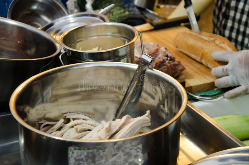 Den thailändska fransmannen för matlagning för kvinnaköpman släntrar eller bagettsmörgåsen royaltyfria foton