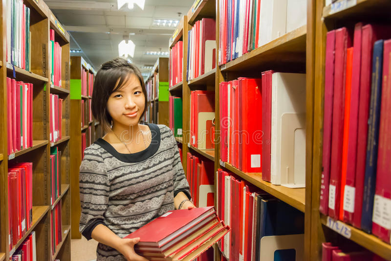 Den thailändska högskolaflickan rymmer bunten av böcker arkivbilder