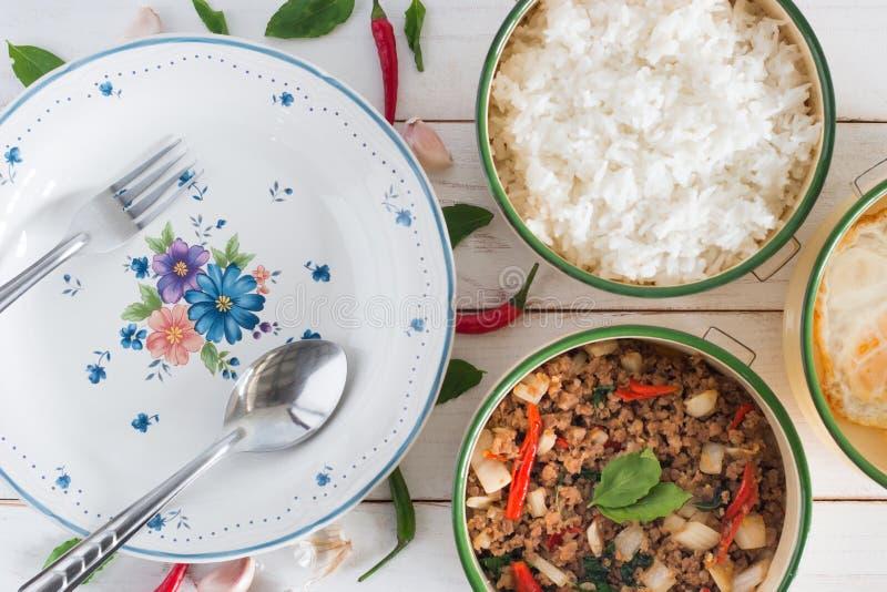 Den thailändska kaen Prao för matnamnblocket, bilden för den bästa sikten av Stir-fried griskött med basilikasidor bredvid har ma arkivfoto