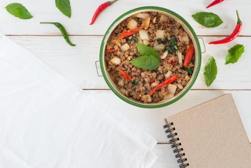 Den thailändska kaen Prao för matnamnblocket, bilden för den bästa sikten av Stir-fried griskött med basilikasidor bredvid har de royaltyfria foton