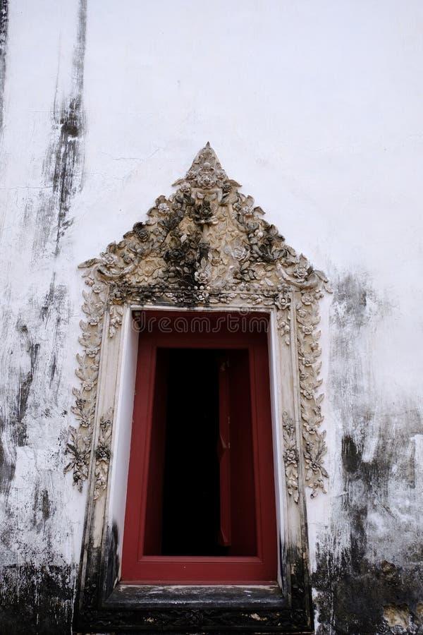 Den thailändska konststuckaturen av den forntida fönsterramen med den blom- vinrankamodellen för stuckatur arkivfoto