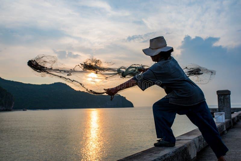 Den thailändska lokala fiskemannen i klong varnar Prachuap Khiri Khan souther arkivfoto
