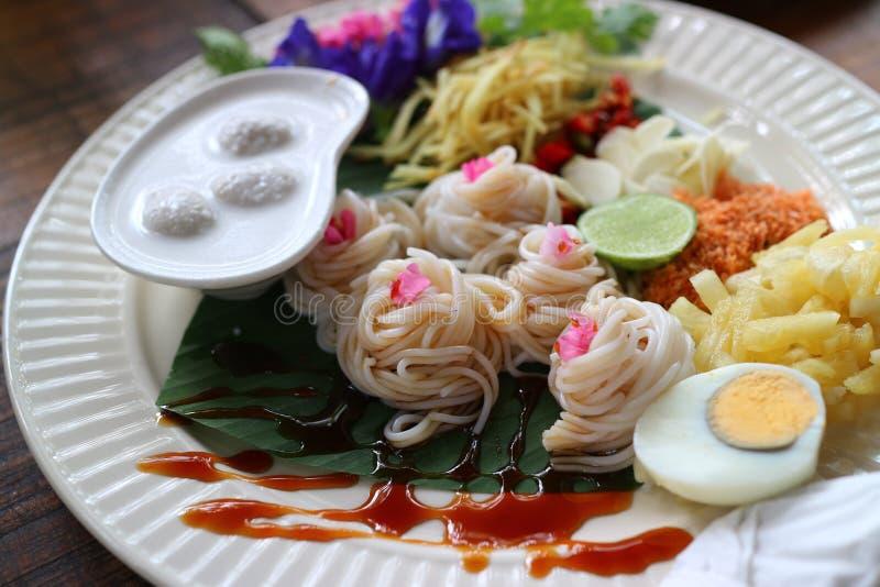 Den thailändska matmenyn på middagen med metoden av danandenudlar, vatten, traditionell thailändsk mat med citronen, ananas, chil royaltyfria foton