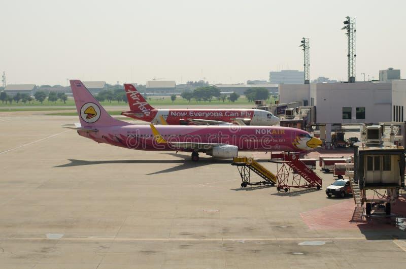 Den thailändska nivån för den luftAsien nivån och Nok-luftlandade på Don Mueang International Airport royaltyfri bild