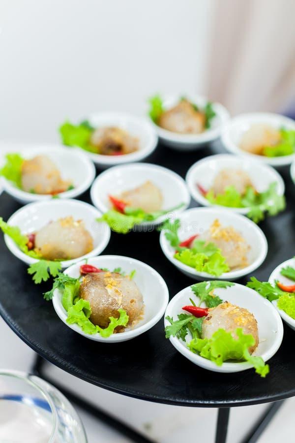 Den thailändska traditionella efterrätten, tapiokabollar med grisköttfyllning tjänar som royaltyfri foto