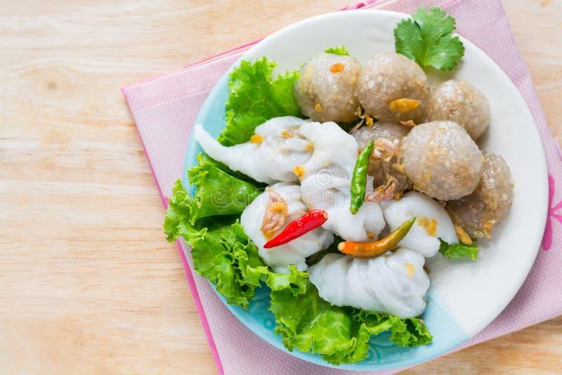 Den thailändska traditionella efterrätten, tapiokabollar med grisköttfyllning tjänar som royaltyfria bilder