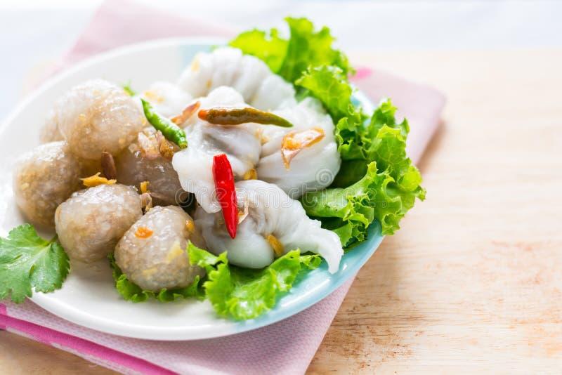 Den thailändska traditionella efterrätten, tapiokabollar med grisköttfyllning tjänar som arkivbilder