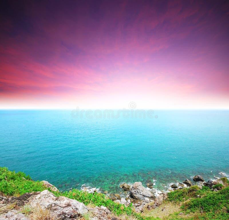 Den Thailand för soluppgång för solnedgången för stranden för havssandsolen stenen vaggar strandland royaltyfria bilder