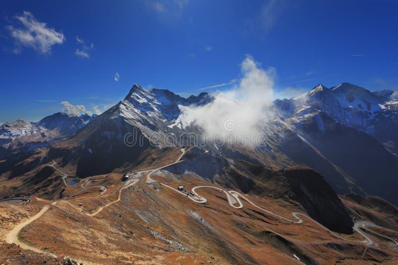 Den Thel huvudvägen byggde höjdpunkt i bergen arkivfoto